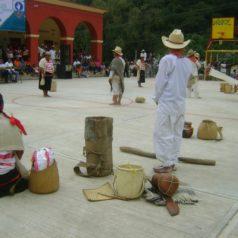 A través del baile, mantienen viva la cultura indígena mixteca
