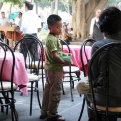 """""""Celebra"""" Día del niño vendiendo chicles"""