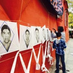 Francisco Toledo vuela papalotes en protesta por normalistas desaparecidos